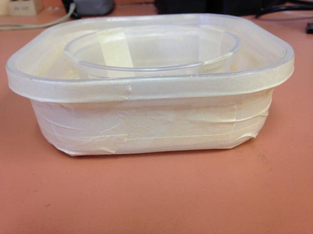 Figure 5.La cinta de superficie rugosa ha sido pegada firmemente alrededor del recipiente grande. Es importante que la cinta sea envuelta herméticamente y que no se crean grietas o hendiduras en donde las chinches de cama puedan esconderse.