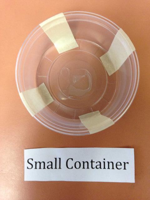 Figure 3.Cinta adhesiva rugosa colocada en el recipiente pequeño.