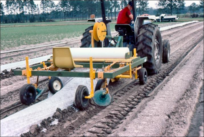 Figure 19.Mechanical applicator for single-row, floating row cover.